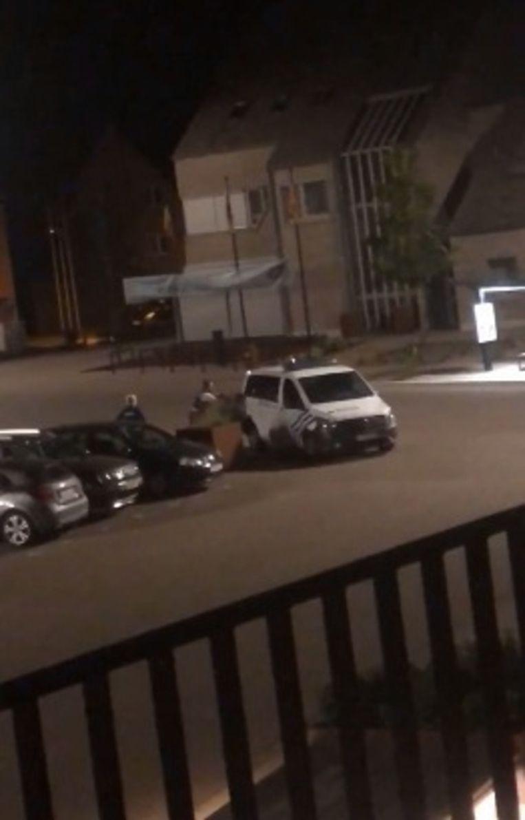 De agent duwde de dakloze man tegen de combi.