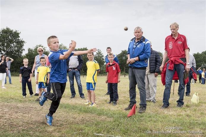 NK Klootschieten jeugd op de baan van KV Lattrop - Breklenkamp. Op de foto Nout Koehorst van KV Nooit Gedacht uit Noord Deurningen
