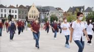 Medewerkers van i-mens doen de Jerusalema-dans op de Markt van Oudenaarde