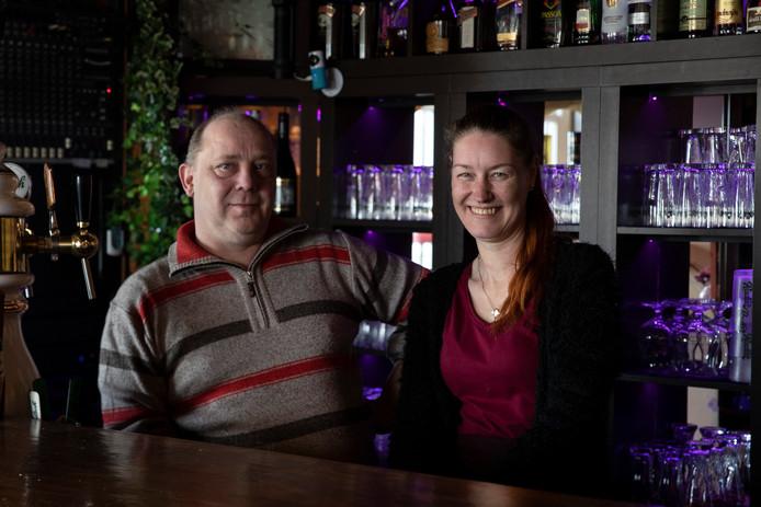 Ap en Bianca Udink van (eet)café 't Ooievaarsnest hebben voor Oranjevereniging Warnsveld een Koningsbal in de steigers gezet.