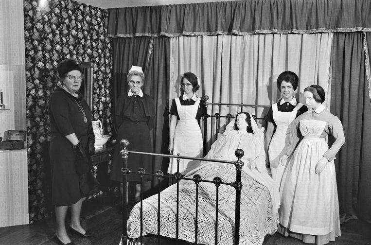 1965: Koningin Juliana woont de viering van het honderdjarig bestaan van het Bronovo bij. Hier staat ze bij een kraamkamer 'van 100 jaar geleden' op een tentoonstelling die ter ere van het lustrum is ingericht. Beeld ANP