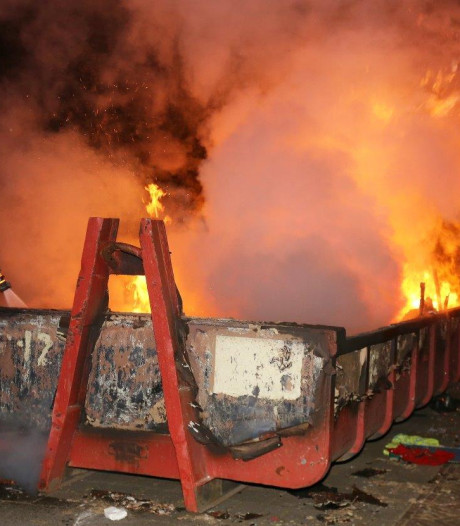 Brand in container bij pand oude basisschool in Vught
