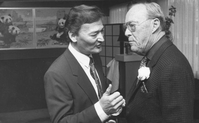 De eerste eigenaar van Blauwe Lotus, Chang J. Ching, ontvangt prins Bernhard in 1986 bij de opening van de Pandazaal van het restaurant.