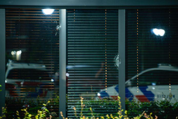 Twee kogelinslagen in de ramen van de woning in Berkel-Enschot.