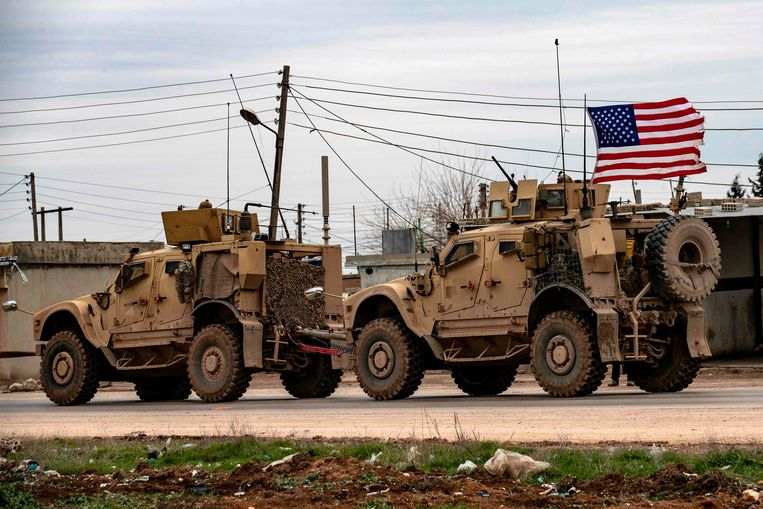 Een konvooi van het Amerikaanse leger aan de grenzen van Qamishli in het noorden van Syrië.  Beeld AFP