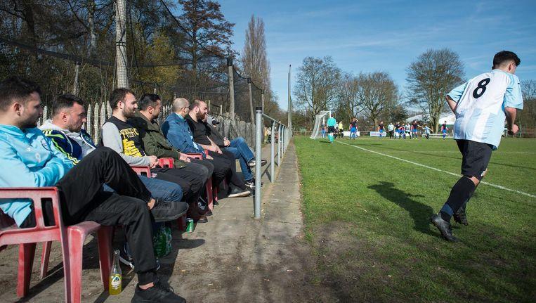 Turkse Amsterdammers kijken naar Ankaraspor tegen Waterwijk Beeld Mats van Soolingen