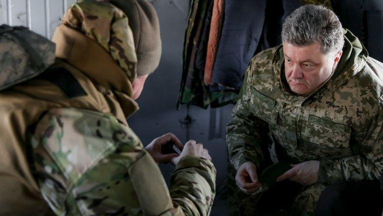 De Oekraïense president Petro Porosjenko aan de boord van een legerhelikopter.