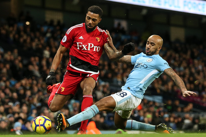 Jerome Sinclair (links) in duel met Fabian Delph van Manchester City.
