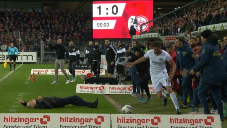 Aanvoerder Frankfurt duwt trainer tegenstander omver