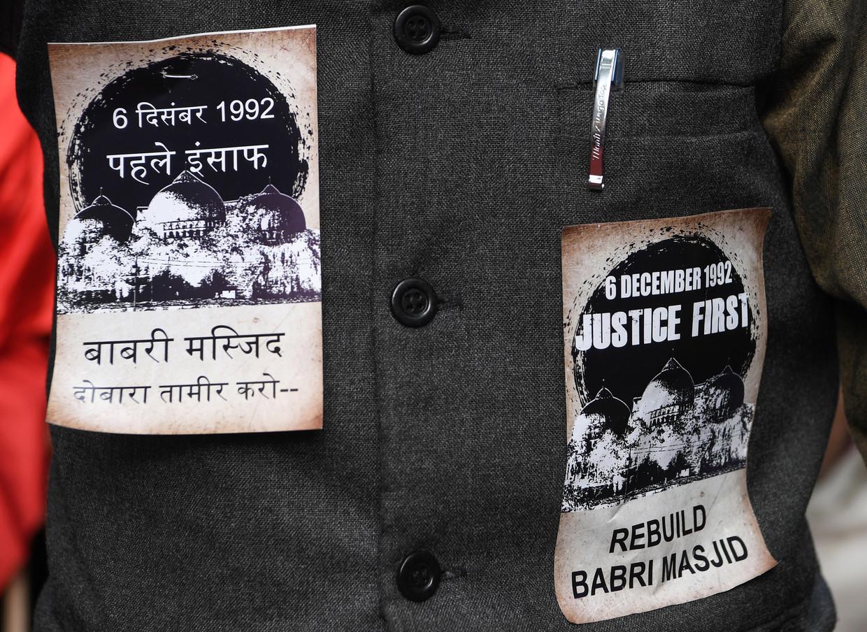 Een Indiase moslimactivist draagt stickers op zijn jasje, met de eis tot herbouw van de Babri-Masjidmoskee in de stad Ayodhya.