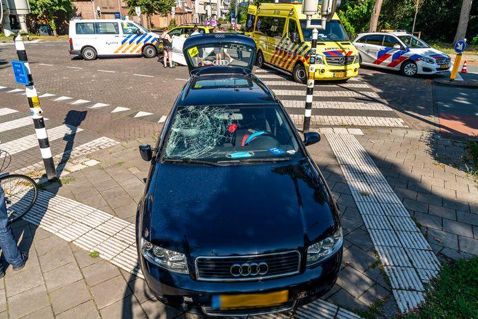 Fietsster geschept door auto in Oosterhout.