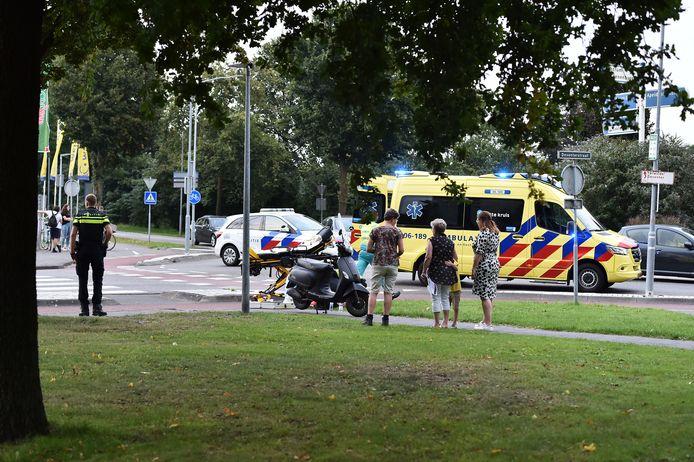 De bestuurster van een brommer is woensdagavond gewond geraakt bij een aanrijding in Vaassen.