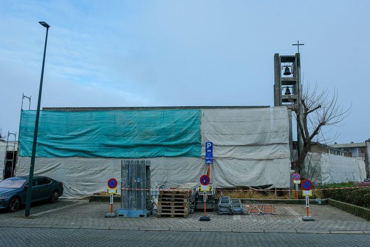 Het Sint-Jozefkerkje in Zaventem is helemaal 'ingepakt' voor de renovatiewerken aan de gevel.