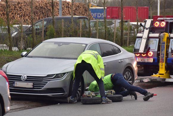 De Volkswagen waarmee één van de daders terugkeerde naar de plaats van de feiten om zich aan te geven bij de politie, werd in beslag genomen en weggetakeld.