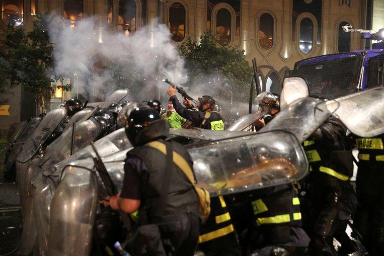 De Georgische politie zette onder meer traangas in tegen de betogers. Beeld REUTERS