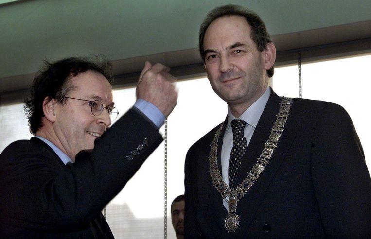 Job Cohen kreeg de ambtsketen overgedragen door loco-burgemeester Jaap van der Aa. Beeld anp