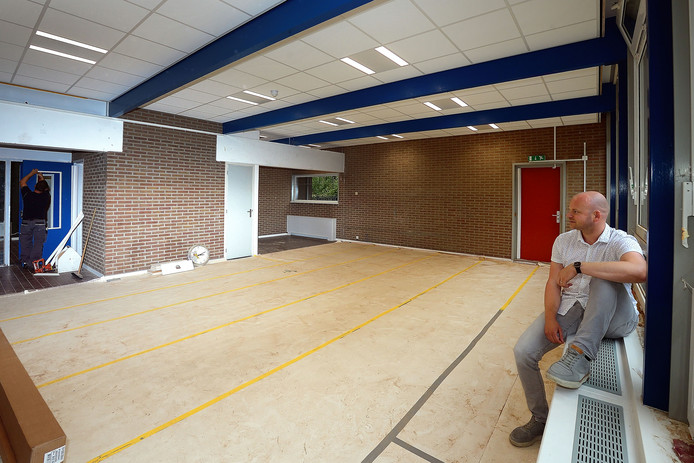 Directeur Jelle Oomen van Mariadonk in een van de lokalen met nieuwe plafonds en verlichting. Foto Peter van Trijen/Pix4Profs