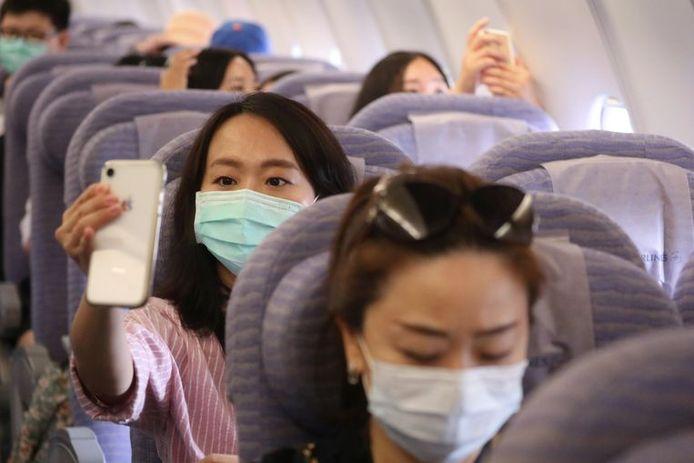 Les passagers ont pris des selfies dans l'avion posé au sol.