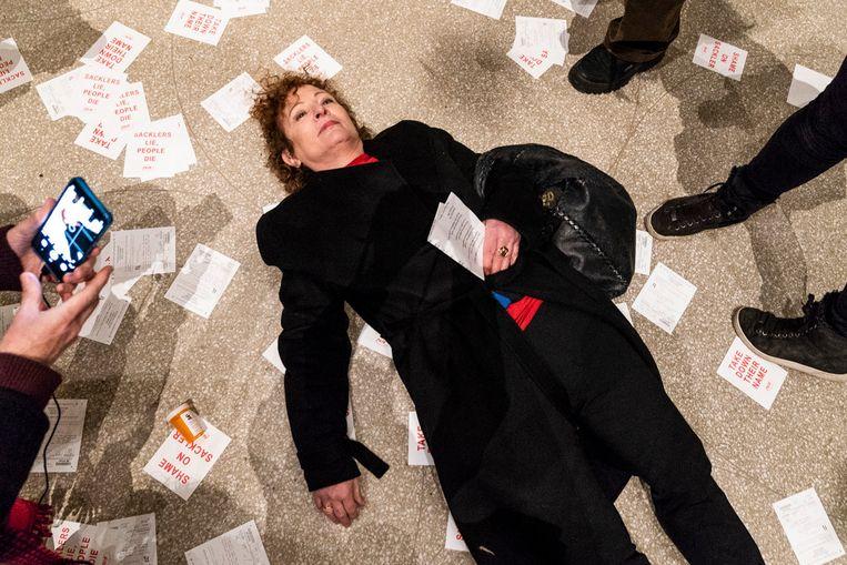 De fotograaf  Nan Goldin tijdens een protest van  'Prescription Addiction Intervention Now', de protestgroep die zij zelf oprichtte, bij  het Guggenheim Museum in New York. De groep heeft geprotesteerd bij verschillende musea die donaties ontvingen van de Sackler familie, die het medicijn OxiContin laat fabriceren.   Beeld Hollandse Hoogte / The New York Times Syndication