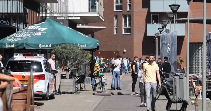 Still uit video Regio15. Ooggetuige van de steekpartij op 5 mei 2018 in Den Haag. Getuige knuffelt zijn moeder.