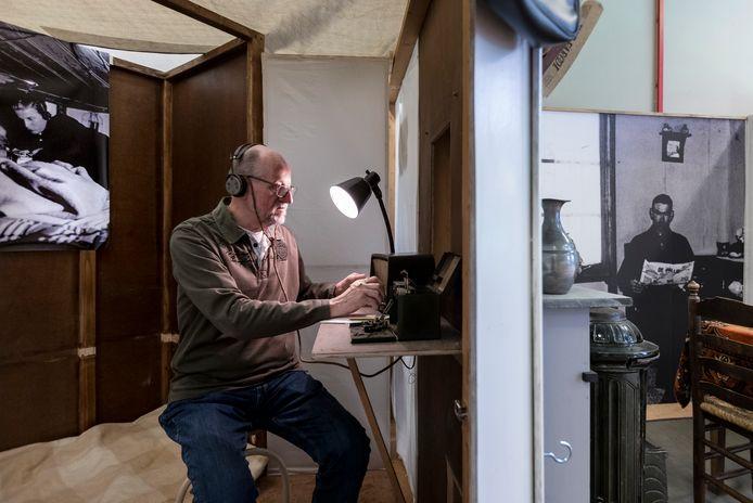 Vrijwilliger Henk van Helvert bij een eerdere expositie van Gedenkplaats Haaren over media en communicatie in de Tweede Wereldoorlog.