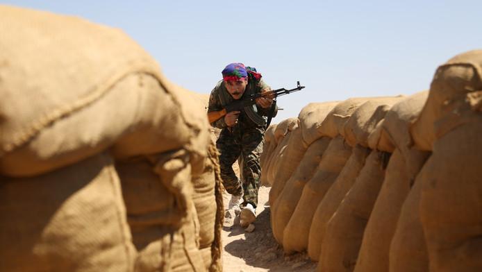 Een Koerdische strijder aan de frontlinie in Hasakeh.