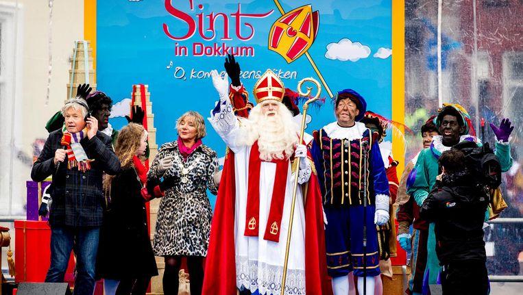 In 2017 kwam Sinterklaas met zijn pieten aan in het centrum van Dokkum. Beeld ANP
