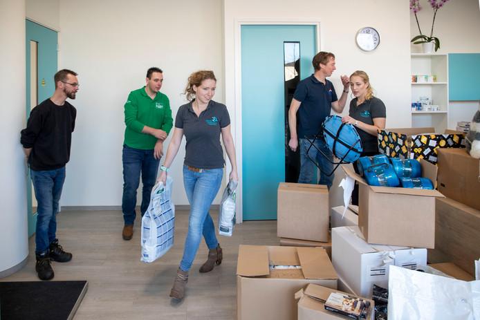 Dierenartsen uit Rhenen en Veenendaal zetten de spullen klaar voor de dierenvoedselbank.