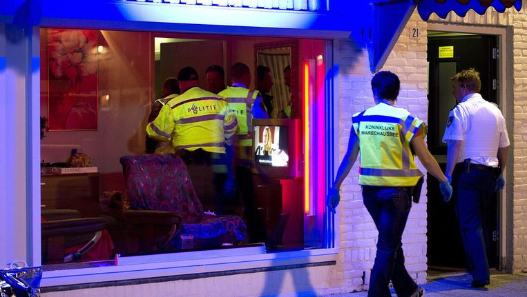 Politieagenten doorzoeken peeskamers op het Baekelandplein in Eindhoven tijdens een grote internationale actie tegen mensenhandel in april dit jaar. Beeld ANP