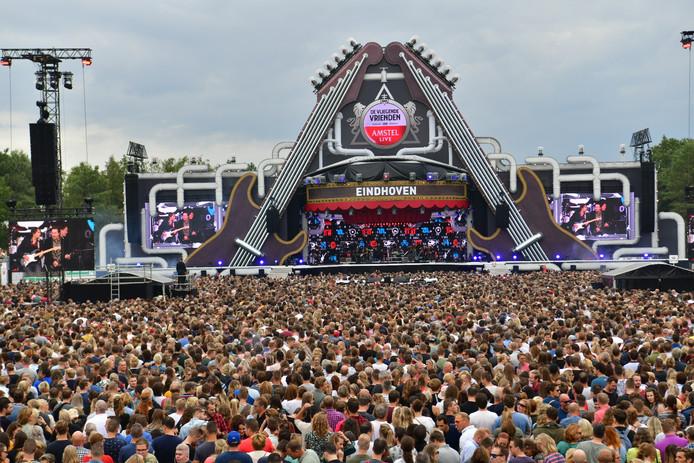 Bij het Vliegende Vrienden Festival in Eersel zijn bezoekers in de verdrukking gekomen door de grote drukte.