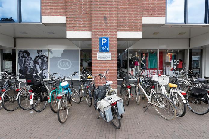 De Overwelving in Zutphen, fietsen in de rekken bij C&A.
