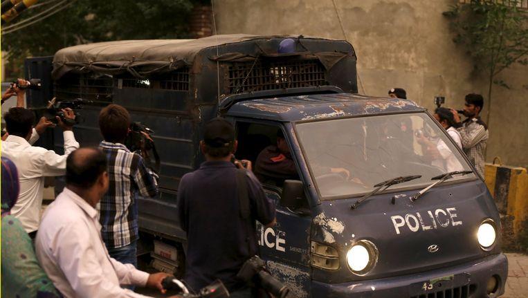 De Pakistaanse politie vervoert de mannen die verdacht worden van kindermisbruik naar het hooggerechtshof van Lahore.