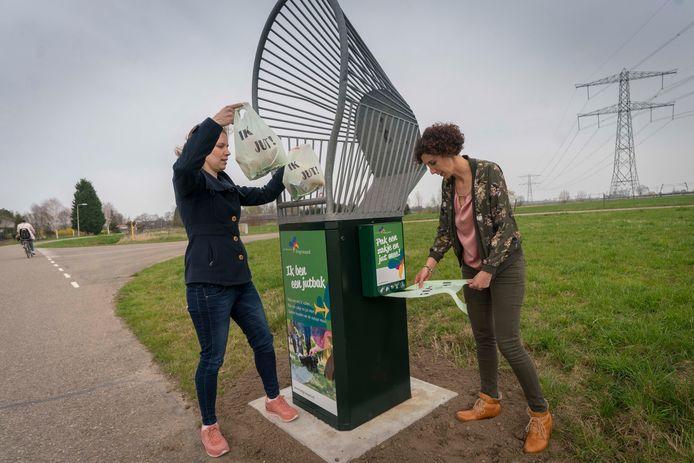 Iris Giesen (L) en Dianne Smits, initiatiefneemsters van de jutbak in Angeren.