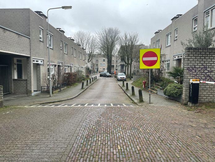 Een groot geel bord maakt automobilisten duidelijk dat ze de Boekhorstenstraat niet vanaf de kant van sportschool Indoor Action in mogen rijden.