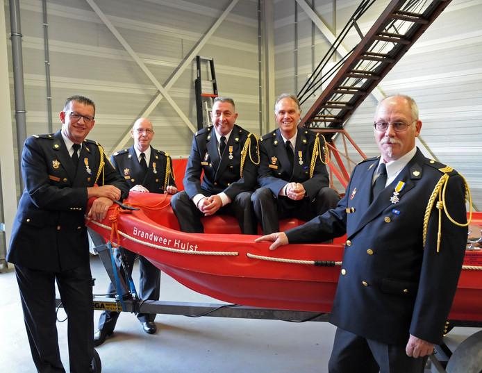 De vijf koninklijk onderscheiden vrijwillige brandweerlieden van de post Hulst: Luc Fassaert, Peter de Koning, Neil Price, Fabio Ferket en Fons de Roos (vlnr).