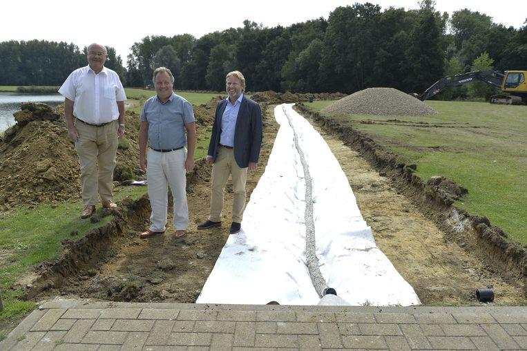 Jozef Dauwe, Kris Verwaeren en Gunther Van Den Broeck op de plek waar het nieuwe wandelpad wordt aangelegd.