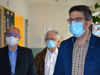 Viroloog Steven Van Gucht even op bezoek in woonzorgcentrum Ter Bake