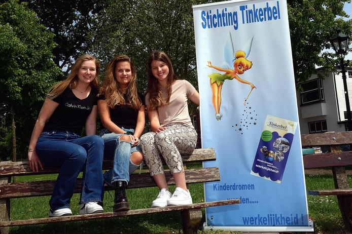 Chronisch zieke Rosanne (m) krijgt van Stichting Tinkerbel een vip-arrangement met twee vriendinnen, Noa van der Wou (l) en Esmee Dits (r).