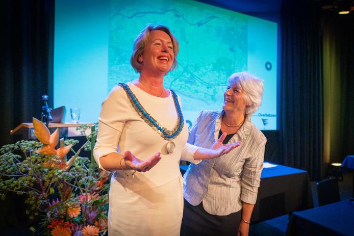 Burgemeester Patricia Hoytink-Roubos (links) met de ambtsketen van de gemeente Overbetuwe, die ze net heeft overgenomen van Hannie van Brakel, die na het vertrek van Toon van Asseldonk het voorzitterschap van de gemeenteraad had overgenomen.