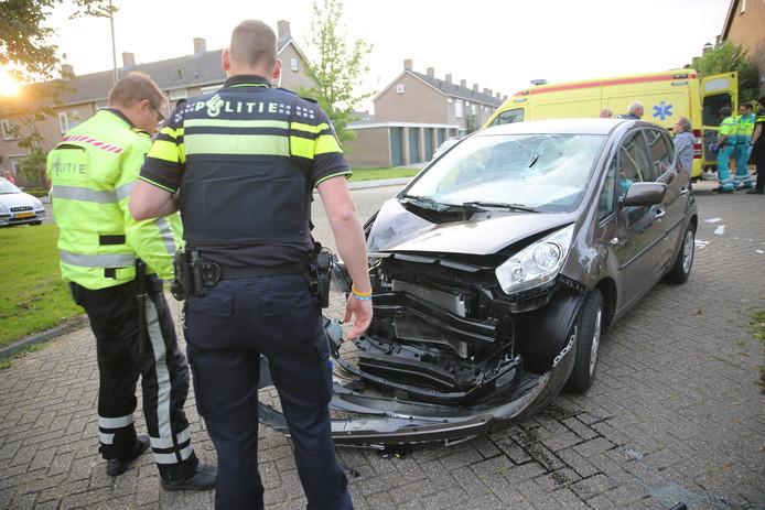 De auto raakte flink beschadigd door de klap.