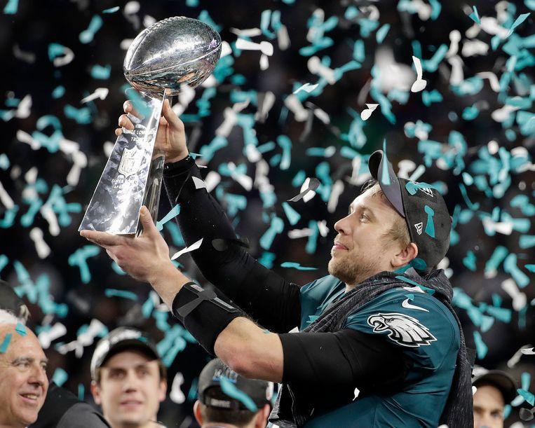 Nick Foles van de Philadelphia Eagles houdt de trofee omhoog. Hoewel het al de derde keer is dat de Eagles tot in de finale van de NFL raakten (eerder al in 1981 en 2005), is het pas de eerste keer dat de ploeg de Vince Lombardi Trophy kan binnenhalen.