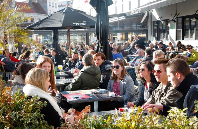 Volle terrassen op de Groenplaats in Antwerpen.
