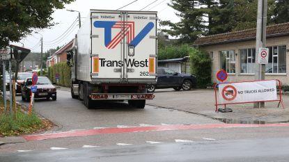 Zwaar vrachtverkeer blijft, ondanks verbod door wegenwerken, weg naar Olen-centrum vinden