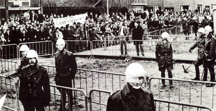 Een grimmige sfeer in december 1971: politie met wapenstok in de aanslag staat tegenover een groot aantal boze boeren.