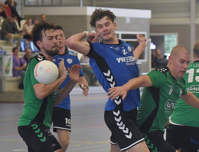 HC Zeeland (blauw) liep zaterdagavond tegen een pijnlijke nederlaag op.