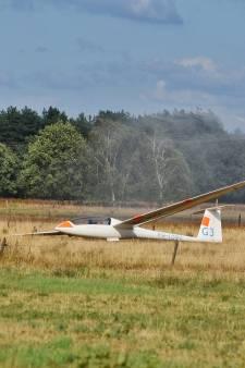 Zweefvliegtuigen maken noodlanding tussen koeien in weiland bij Tilburg
