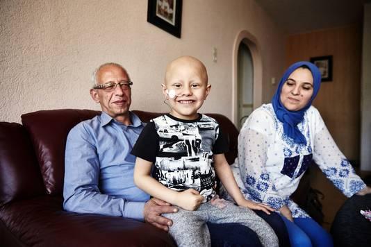 Fady met zijn ouders.