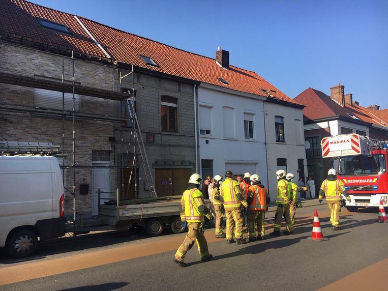 De brandweer repte zich naar het huis dat in de steigers stond.