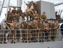 Urker figuranten vermaken zich prima tussen de opnames van de blockbuster Dunkirk door.