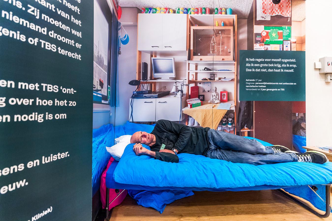 Bezoeker Jan van der Hoven probeert een bed uit in een proefkamer in de ontvangstzaal.